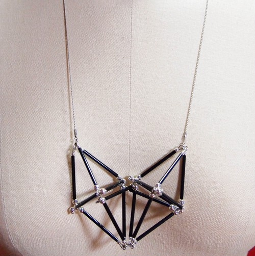 Three-dimensional Heart NECKLACE [Black×Silver]