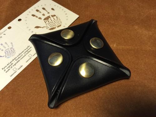 イタリアンレザー4つボタンボックスコインケース(Mサイズ)(イングラサット/ブラック/真鍮ボタン)