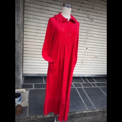 襟がフリフリの真っ赤なワンピース