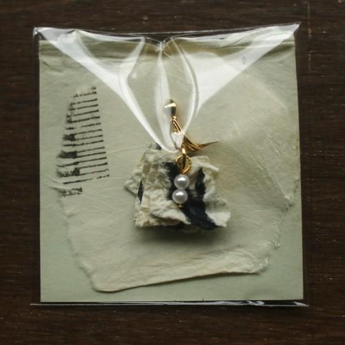 耳が痛くならない金具使用!揉み紙のイヤリング(白ゼブラ)