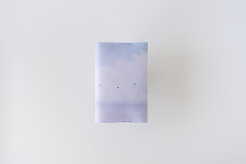 青い湖を描いた、文庫本サイズのブックカバー