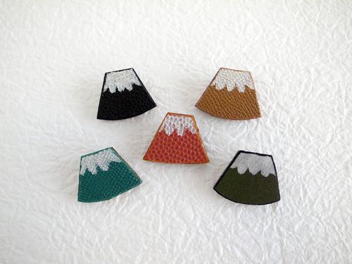 レザーの富士山ブローチ