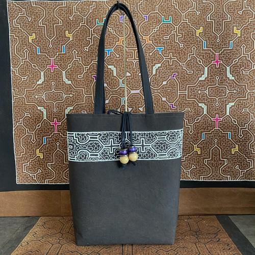泥染めバッグ 37cm幅 白刺繍巾着ふた付き厚底 シピボ族の刺繍