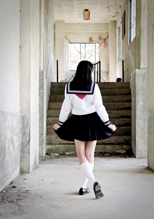 ポストカード『廃墟でセーラー服のスカートひらり』