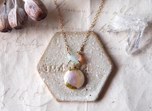 原石のオパールとパールのネックレス