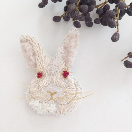 【受注生産】《Mサイズ》Rabbit white 刺繍ブローチ