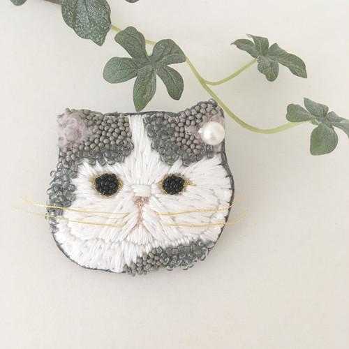 【受注生産】《Lsize》ペチャ顔ネコ gray x white 刺繍ブローチ