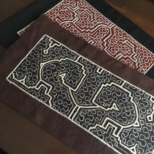 プレイスマット9 裏模様染め16x30cm  泥染め刺繍 アマゾン・シピボ族の泥染め