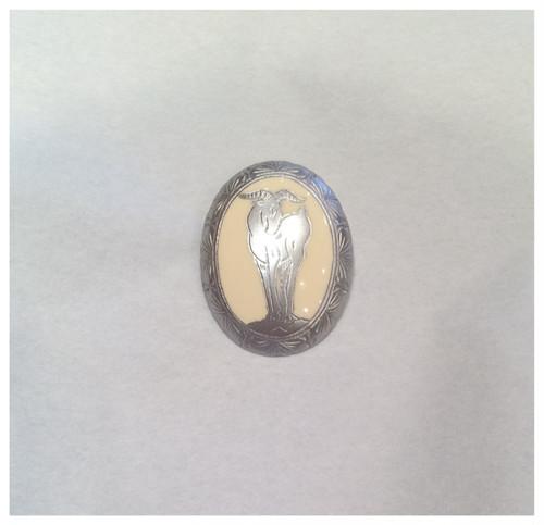 象牙色の樹脂に銀彩 山羊のブローチ 楕円(中)