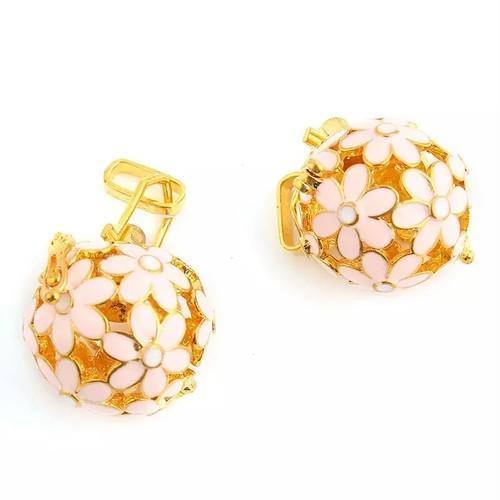 ピンクのお花のアロマネックレス☆ゴールド色 ボール型 アロマパット付き
