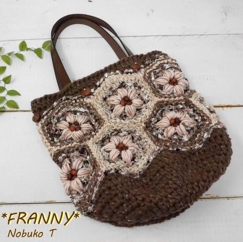 花モチーフとウッドビーズのコットン手編みニットバッグ
