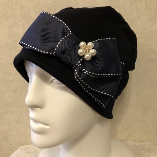 パールモチーフ付き片側三重リボンのケア帽子 ネイビー