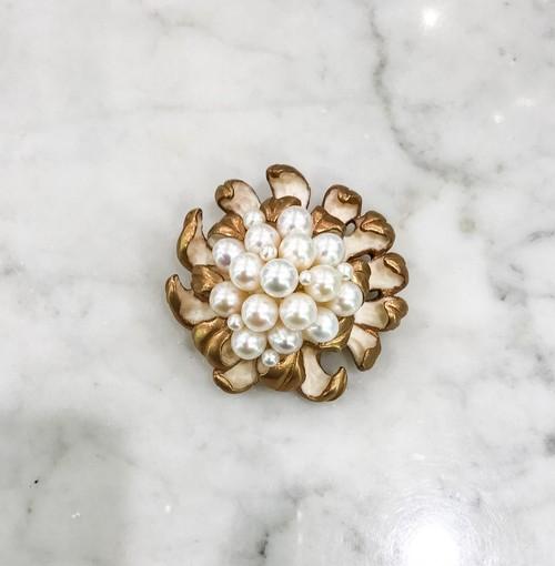 象牙色の樹脂に金彩、真珠、乱菊のブローチ(大)