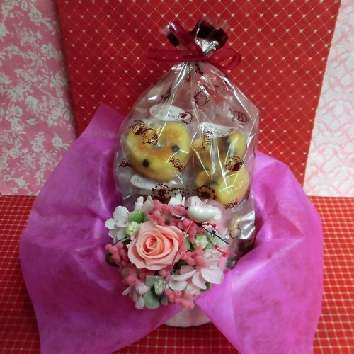 エレガントなハートの陶器にアレンジした薔薇のプリザーブドフラワーとハートの焼き菓子6袋のギフトセット♪