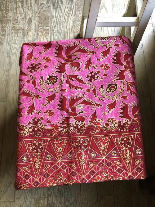 バティックの布 素敵☆ゴールド入りのピンク はっきりした明るいデザイン