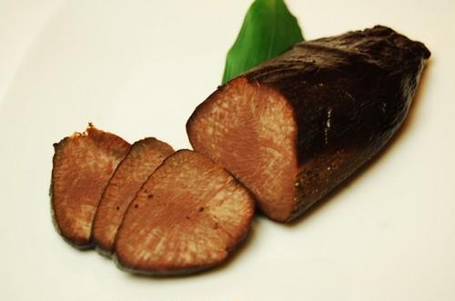歯ごたえ抜群!黒胡椒をたっぷり効かせた和牛タン先を使った自家製の燻製