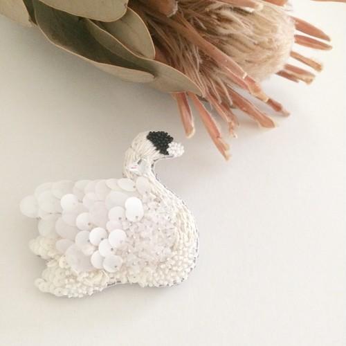 White Swan ecru 刺繍ブローチ