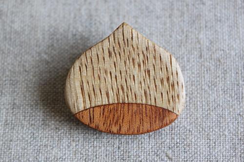 栗とマホガニーで作ったクリブローチ