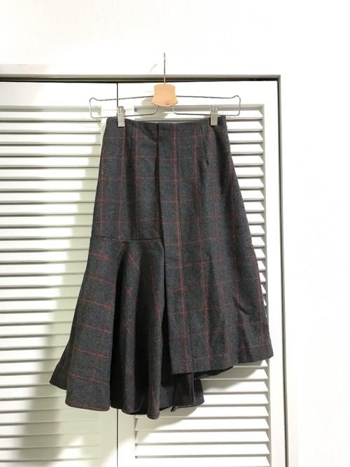 アシンメトリーのチューリップ裾スカート