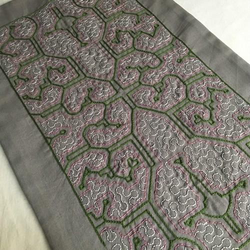 アマゾンシピボ族の刺繍 テ−ブルセンター02 灰色に緑53x33cm