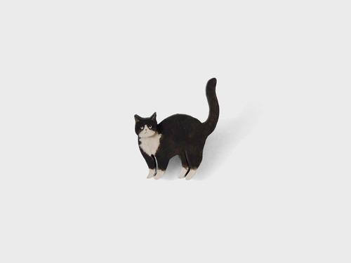 ブローチ 見つめるネコ クツシタ