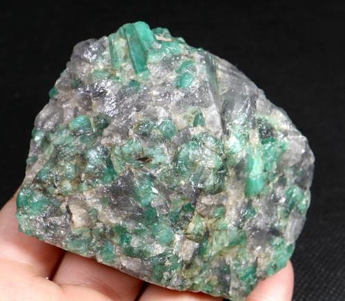 エメラルド 原石 標本 鉱物 152g ED048 ベリル 緑柱石 パワーストーン 天然石