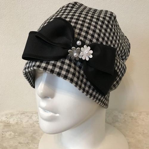 お花と縁取りリボンのケア帽子 黒白ブロックチェック