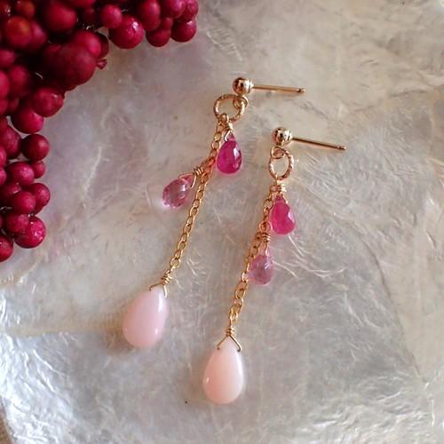 〈14kgf〉ピンク色の3粒石ロングピアス