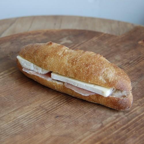 じぶんで作るサンドイッチ生ハムとカマンベール