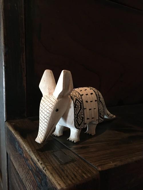木彫りのアルマジロ-1 チビアルマジロ 体長19cm 先住民族の工芸