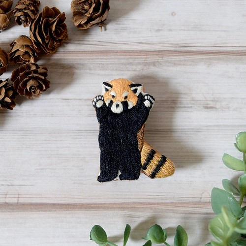 LOUPE / レッサーパンダの手刺繍ブローチ