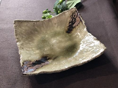 灰釉鉄掛けちぎり角皿
