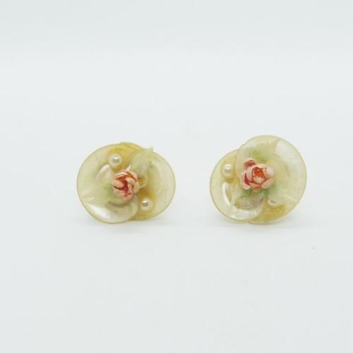 貝殻で作られたバラのイヤリング