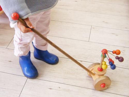 【0歳からのおもちゃ 出産祝い】 セレクタ社 手押しメリーゴーランド 好奇心と創造力を育てます!
