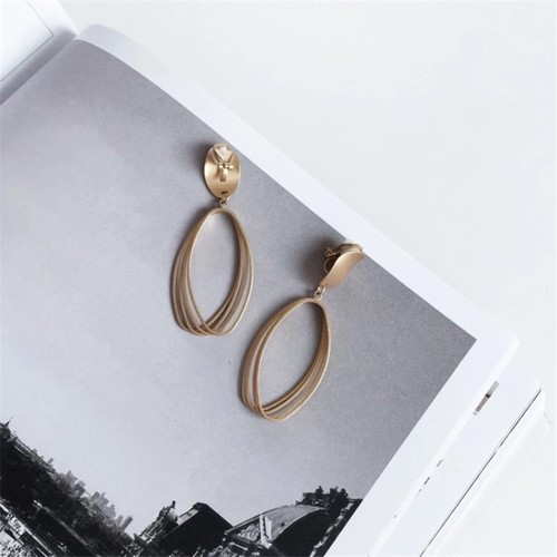 New : Mat gold clip earrings