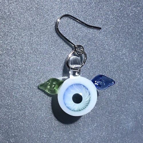 羽根が生えた目玉のピアス 青×緑