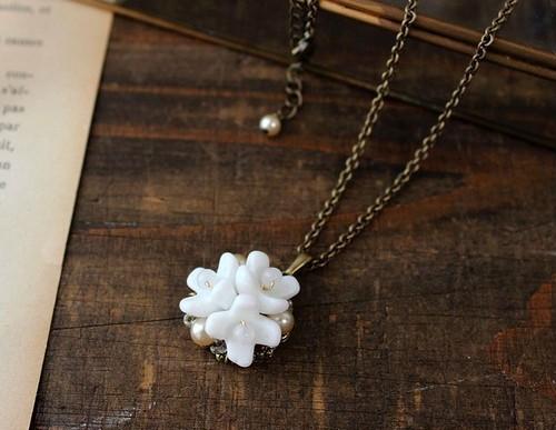 ミリアムハスケルの ミルクガラスの花 小さなブーケのネックレス