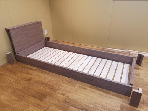 突板ウォールナット組み立てベッド