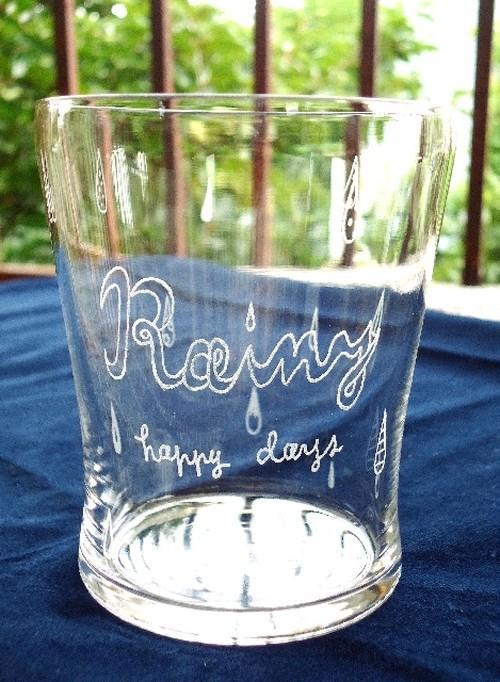 グラス 可愛い雨模様が彫られたグラス「Rainy Happy Days」(ご希望のお名前を入れることもできます)