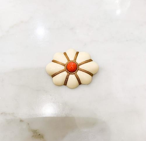 雲のような形の象牙色の樹脂に金彩、オレンジ珊瑚色の樹脂玉のブローチ(大)