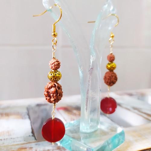 菩提樹の実(ルドラクシャ)&赤メノウのハンドメイドピアス