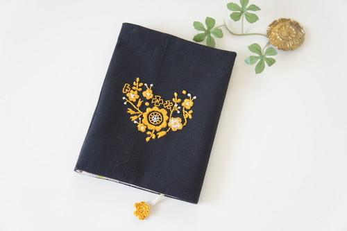 刺繍の文庫カバー(黒×マスタード)