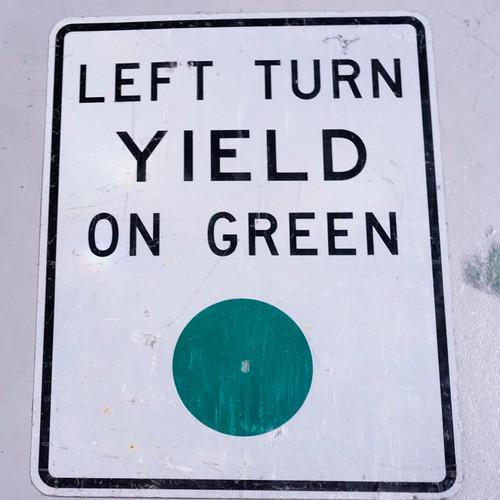 YIELD ON GREEN アメリカンロードサイン 道路標識