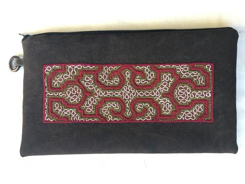 アマゾンの泥染め刺繍のクランチバッグ 赤と緑