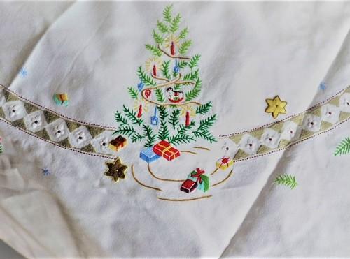 クリスマス刺しゅう 大判円形テーブルクロス黄 青