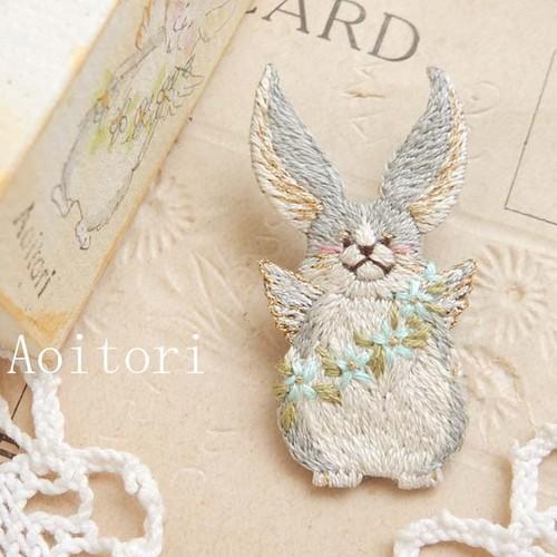 『  羽うさぎ  』 刺繍ブローチ