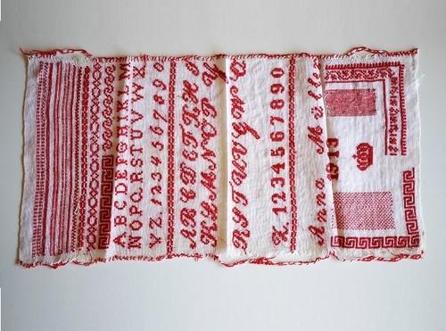 ドイツ アンティーク刺繍 レッドサンプラー 1913年 修道院の手仕事・工芸品
