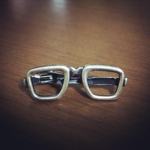 メガネのネクタイピン