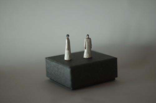 (017)wood figure-mini 白服2つセット 箱入