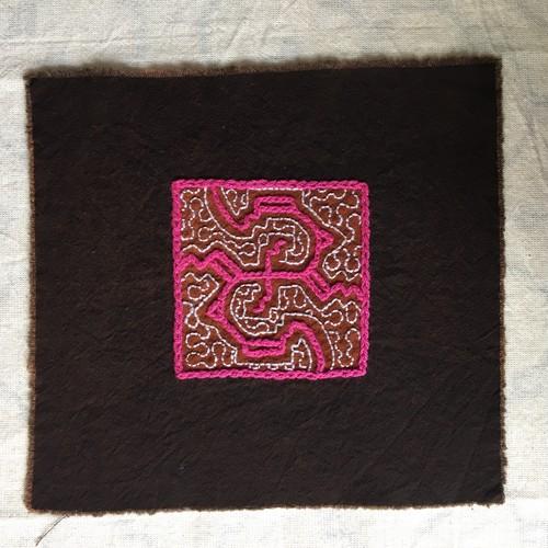 コースター 刺繍7 ピンク アマゾンの泥染め シピボ族の刺繍